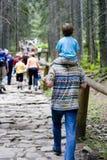 Facendo un'escursione con il papà Fotografie Stock