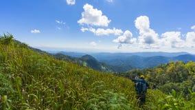 Facendo un'escursione con un panorama della montagna e dello zaino fotografia stock libera da diritti