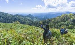 Facendo un'escursione con un panorama della montagna e dello zaino fotografia stock