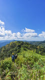 Facendo un'escursione con un panorama della montagna e dello zaino fotografie stock libere da diritti