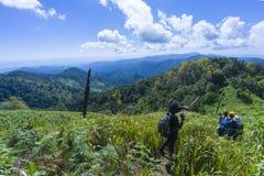 Facendo un'escursione con un panorama della montagna e dello zaino immagine stock