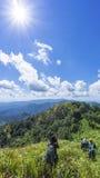 Facendo un'escursione con un panorama della montagna e dello zaino immagini stock libere da diritti