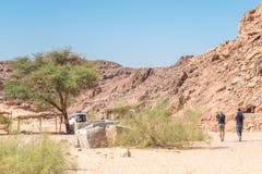 Facendo un'escursione in Dahab, canyon di colore, Egitto fotografia stock libera da diritti