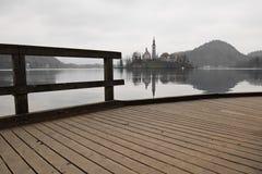 Facendo un'escursione dal lago meraviglioso nell'orario invernale sul passaggio pedonale di legno Fotografia Stock