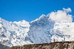 Facendo un'escursione davanti al Mt everest Immagini Stock Libere da Diritti