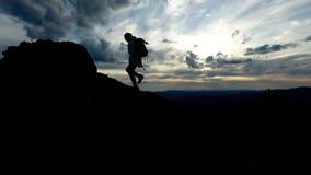 Facendo un'escursione e donna di viaggio che va al picco di montagna archivi video