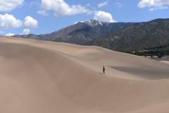 Facendo un'escursione in grandi dune di sabbia Immagini Stock