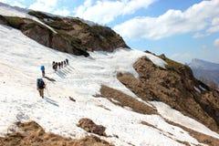 Facendo un'escursione il gruppo di turisti attraversi la cresta Immagine Stock