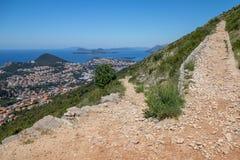 Facendo un'escursione il supporto alto Srd del percorso, vicino a Ragusa, la Croazia Fotografia Stock Libera da Diritti