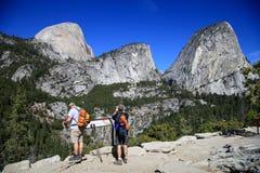 Facendo un'escursione intorno alla mezzatinta in parco nazionale di Yosemite negli Stati Uniti Fotografia Stock