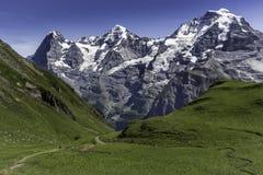 Facendo un'escursione intorno alle alte montagne Fotografie Stock