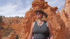 Facendo un'escursione la donna matura goda dei punti di vista fantastici di Bryce Canyon Utah Usa video d archivio