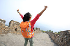 Facendo un'escursione la viandante della donna a braccia aperte sulla grande muraglia cinese fotografia stock