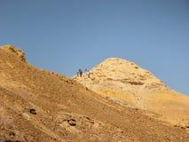 Facendo un'escursione in Makhtesh Katan, deserto di Negev. Immagini Stock