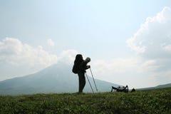 Facendo un'escursione in montagna Fotografia Stock Libera da Diritti
