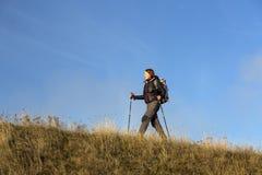 Facendo un'escursione in montagne Immagini Stock