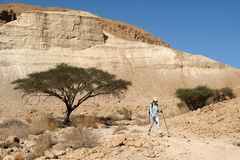Facendo un'escursione nel deserto della Giudea fotografia stock libera da diritti