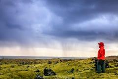Facendo un'escursione nel giacimento di lava Fotografia Stock Libera da Diritti