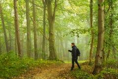 Facendo un'escursione nella foresta Fotografia Stock Libera da Diritti