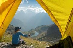 Facendo un'escursione nella montagna fotografie stock libere da diritti