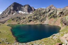 Facendo un'escursione nella valle d'Aosta, l'Italia Vista del secondo lago di Lussert che sale verso il terzo lago Alpi italiane Immagine Stock Libera da Diritti
