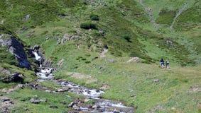 Facendo un'escursione nelle alpi Immagini Stock