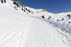 Facendo un'escursione nelle alpi bavaresi nell'inverno Immagine Stock