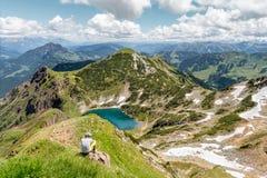 Facendo un'escursione nelle alpi, il Tirolo, Austria Fotografia Stock Libera da Diritti