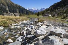 Facendo un'escursione nelle alpi italiane del nord Immagine Stock