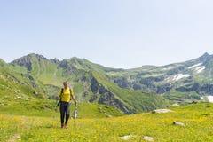 Facendo un'escursione nelle alpi nell'ambiente idilliaco Immagine Stock Libera da Diritti