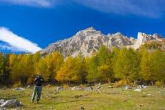 Facendo un'escursione nelle alpi, stagione variopinta di autunno Fotografie Stock Libere da Diritti