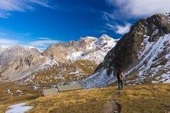 Facendo un'escursione nelle alpi, stagione variopinta di autunno Fotografia Stock Libera da Diritti