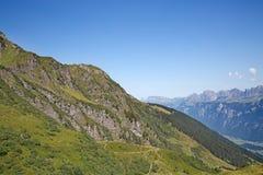 Facendo un'escursione nelle alpi svizzere Immagini Stock