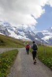 Facendo un'escursione nelle alpi svizzere con le viste delle montagne di Jungfrau Fotografie Stock Libere da Diritti