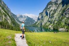 Facendo un'escursione nelle alpi vicino a Berchtesgaden al Obersee, Koenigssee Immagine Stock