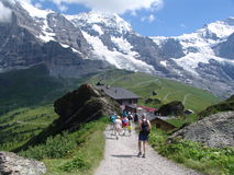 Facendo un'escursione nelle montagne di Bernese Oberland Immagini Stock Libere da Diritti