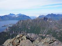 Facendo un'escursione nelle montagne di Lofoten Norvegia Fotografia Stock