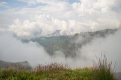 Facendo un'escursione nelle montagne di Simien, l'Etiopia Immagine Stock