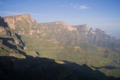 Facendo un'escursione nelle montagne di Simien, l'Etiopia Immagini Stock