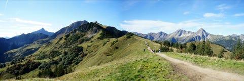 Facendo un'escursione nelle montagne di Tannheim nel Tirolo Immagini Stock