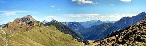Facendo un'escursione nelle montagne di Tannheim nel Tirolo, l'Austria Fotografia Stock