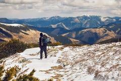 Facendo un'escursione nelle montagne fotografie stock libere da diritti