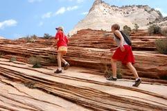 Facendo un'escursione nelle rocce rosse immagini stock libere da diritti