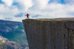 Facendo un'escursione a Preikestolen, la Norvegia Immagine Stock