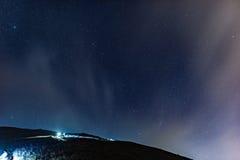 Facendo un'escursione sotto il cielo della stella Fotografia Stock Libera da Diritti