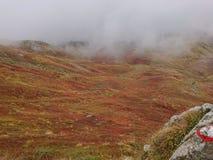 Facendo un'escursione sotto le nuvole, aperto di libro del supporto fotografie stock