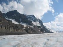 Facendo un'escursione su un ghiacciaio in Rocky Mountains Immagine Stock