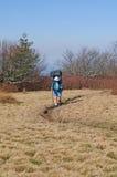 Facendo un'escursione su una traccia di montagna Fotografia Stock