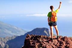 Facendo un'escursione successo, facente un'escursione l'uomo di viaggiatore con zaino e sacco a pelo in montagne Fotografia Stock Libera da Diritti