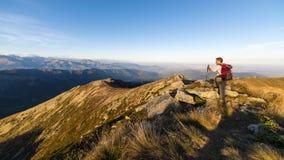 Facendo un'escursione sulla cresta della montagna sulle alpi Immagine Stock